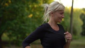 Funzionamento nel parco, movimento lento del corridore della donna stock footage