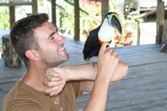 Funzionamento più addomesticato dell'uccello con un tucano immagine stock libera da diritti