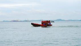 Funzionamento rosso della barca del pescatore nel videoclip del metraggio dell'oceano archivi video