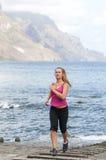 Funzionamento sano della giovane donna sulla spiaggia di thr Fotografia Stock