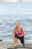 Funzionamento sano della giovane donna sulla spiaggia di thr Fotografia Stock Libera da Diritti