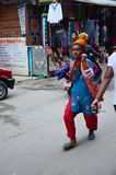 Funzionamento sconosciuto di Sadhu Monks sulla via al mercato di Thamel Fotografie Stock