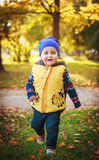 Funzionamento sorridente del piccolo bambino Fotografia Stock