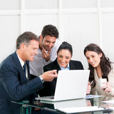 Funzionamento sorridente della squadra di affari Immagini Stock