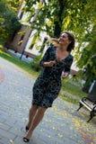 Funzionamento spensierato della donna di affari durante il giorno di autunno in natura fotografie stock libere da diritti