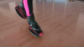 Funzionamento sportivo della donna in scarpe di kangoo nella palestra archivi video