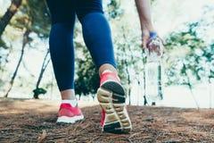 Funzionamento sportivo della donna sulla strada ad alba Concetto di benessere di allenamento e di forma fisica Immagini Stock Libere da Diritti