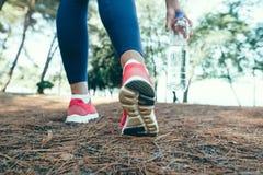 Funzionamento sportivo della donna sulla strada ad alba Concetto di benessere di allenamento e di forma fisica Fotografie Stock Libere da Diritti