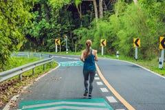 Funzionamento sportivo della donna sulla strada ad alba Wel di allenamento e di forma fisica Immagini Stock Libere da Diritti