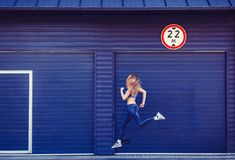 Funzionamento sportivo della giovane donna immagine stock
