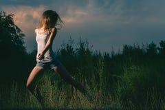 Funzionamento sportivo della ragazza nei filds misteriosi Immagine Stock Libera da Diritti