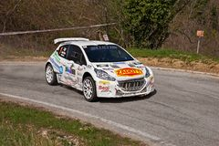 Funzionamento T16 di Peugeot 208 della vettura da corsa nel dodicesimo della Romagna di raduno Fotografie Stock Libere da Diritti