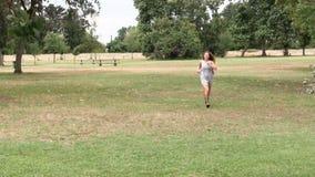 Funzionamento teenager caucasico della donna nel moto di Grey Dress And Sandals Slow del parco archivi video