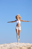 Funzionamento teenager felice sulla spiaggia Fotografia Stock Libera da Diritti