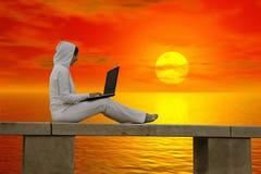 Funzionando al tramonto immagine stock libera da diritti