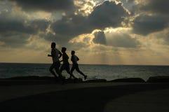 Funzionando al tramonto Immagine Stock