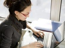 Funzionando con il computer portatile Immagine Stock Libera da Diritti