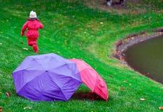 Funzionando nella pioggia Immagini Stock Libere da Diritti