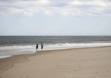 Funzionando sulla spiaggia Immagine Stock