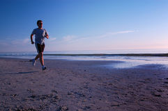 Funzionando sulla spiaggia Fotografie Stock