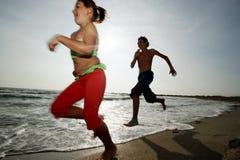 Funzionando sulla spiaggia Fotografia Stock Libera da Diritti