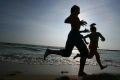Funzionando sulla spiaggia Immagini Stock Libere da Diritti