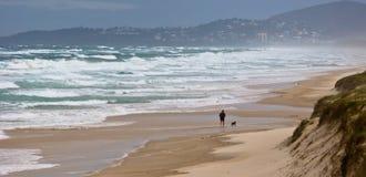 Funzionando sulla spiaggia tempestosa Fotografia Stock Libera da Diritti