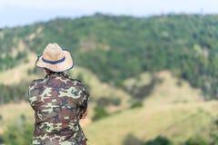 Funzionari della foresta o del soldato che esaminano montagna fotografia stock libera da diritti
