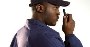 Funzionario di sicurezza che parla sul walkie-talkie stock footage