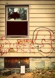Funzioni giù la casa con i graffiti Fotografia Stock Libera da Diritti