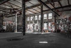 Funzioni giù la stanza del sottotetto - magazzino/fabbrica abbandonati Fotografia Stock
