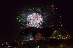 Fuochi d'artificio alla banchina di Newcastle sopra la sala da concerto di Sage Gateshead Immagini Stock Libere da Diritti
