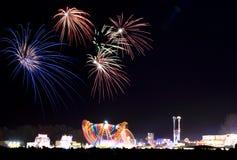 Fuochi d'artificio alla fiera di divertimento Fotografie Stock