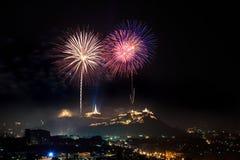 Fuochi d'artificio alla notte Immagini Stock