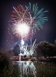 Fuochi d'artificio alla notte durante il nuovo anno fotografia stock