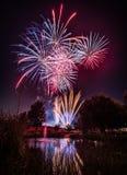 Fuochi d'artificio alla notte durante il nuovo anno fotografia stock libera da diritti