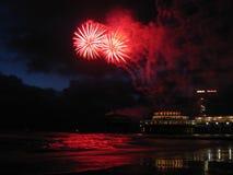 Fuochi d'artificio alla spiaggia Immagini Stock