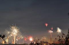 Fuochi d'artificio alla vigilia dei nuovi anni fotografia stock