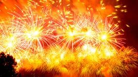 Fuochi d'artificio atmosferici variopinti in onore di Victory Day dell'Unione Sovietica nella seconda guerra mondiale fotografia stock
