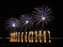 Fuochi d'artificio in baia di Cannes, il 14 luglio, la Francia Immagine Stock