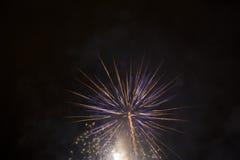 Fuochi d'artificio bianchi e blu Fotografia Stock