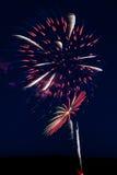 Fuochi d'artificio bianchi e blu rossi Fotografia Stock