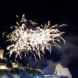 Fuochi d'artificio bianchi nella città di Sperlonga L'Italia fotografia stock