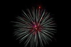 Fuochi d'artificio blu e rossi sopra Alessandria d'Egitto, Va 2018 immagini stock