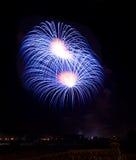 Fuochi d'artificio blu isolati nella fine scura del fondo su con il posto per testo, festival dei fuochi d'artificio di Malta, 4  Fotografia Stock Libera da Diritti