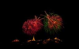 Fuochi d'artificio brillantemente variopinti e saluto di vari colori in Fotografie Stock Libere da Diritti