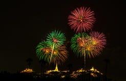Fuochi d'artificio brillantemente variopinti e saluto di vari colori in Fotografia Stock Libera da Diritti