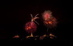 Fuochi d'artificio brillantemente variopinti e saluto di vari colori in Fotografia Stock