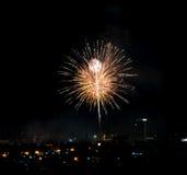 Fuochi d'artificio brillantemente variopinti e saluto di vari colori in Immagini Stock Libere da Diritti