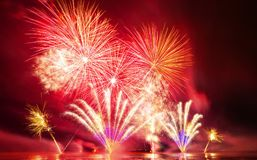 Fuochi d'artificio brillantemente variopinti sparati sopra il mare Fotografia Stock Libera da Diritti